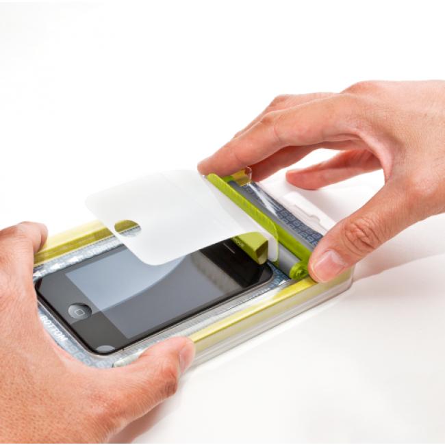 Odborné lepení ochranného tvrzeného skla na mobilní telefon